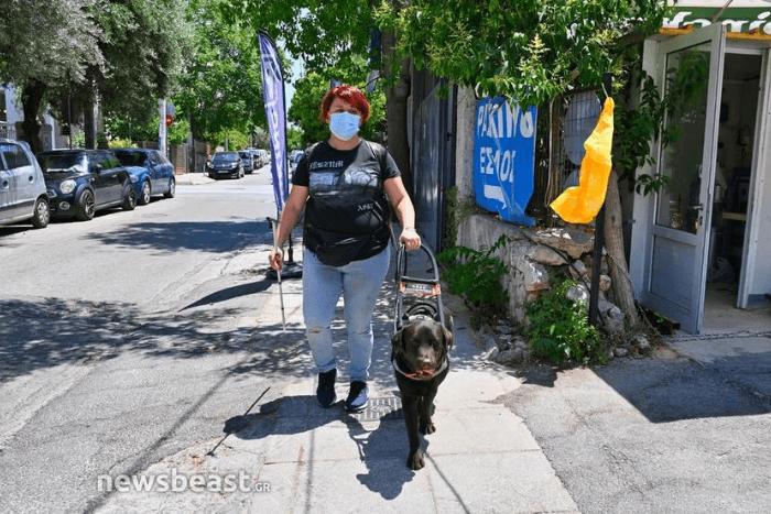 Η Ιωάννα Μαρία Γκέρτσου περπατάει στο δρόμο με σκύλο οδηγό