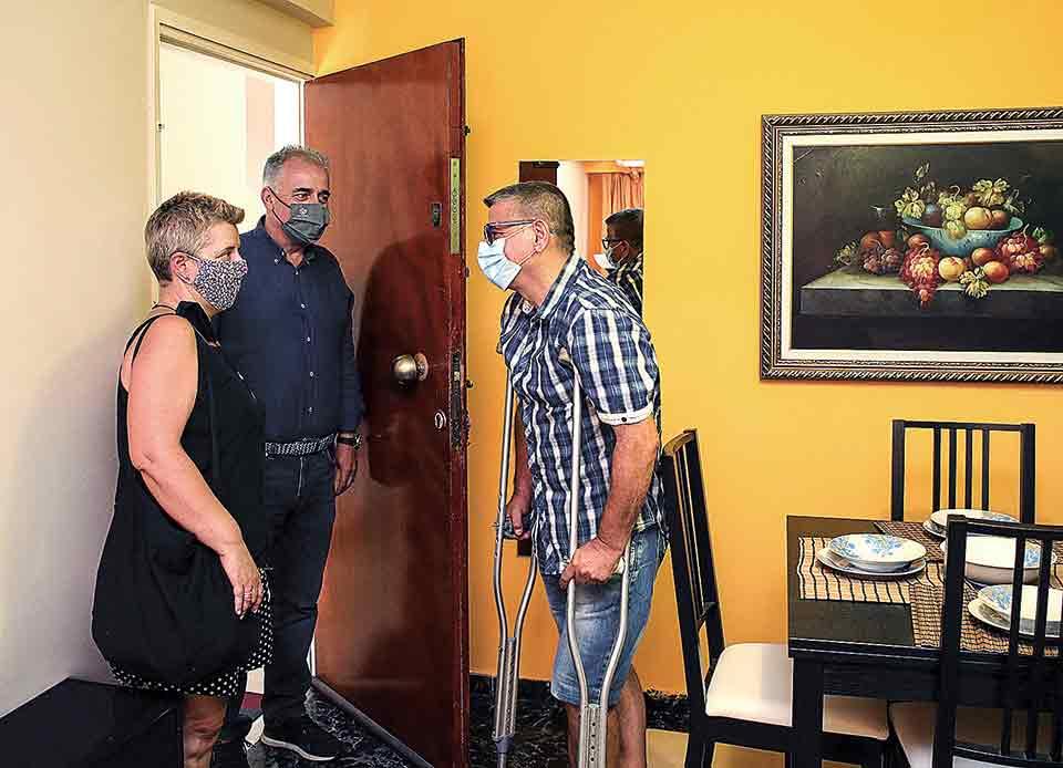 Ο Φώτης Τσαχάνι υποδέχεται στο σπίτι του την οδηγό του «Βοήθεια στο Σπίτι» Πάολα Πόντι και τον αντιδήμαρχο Κοινωνικής Αλληλεγγύης του Δήμου Αθηναίων Νίκο Βαφειάδη.