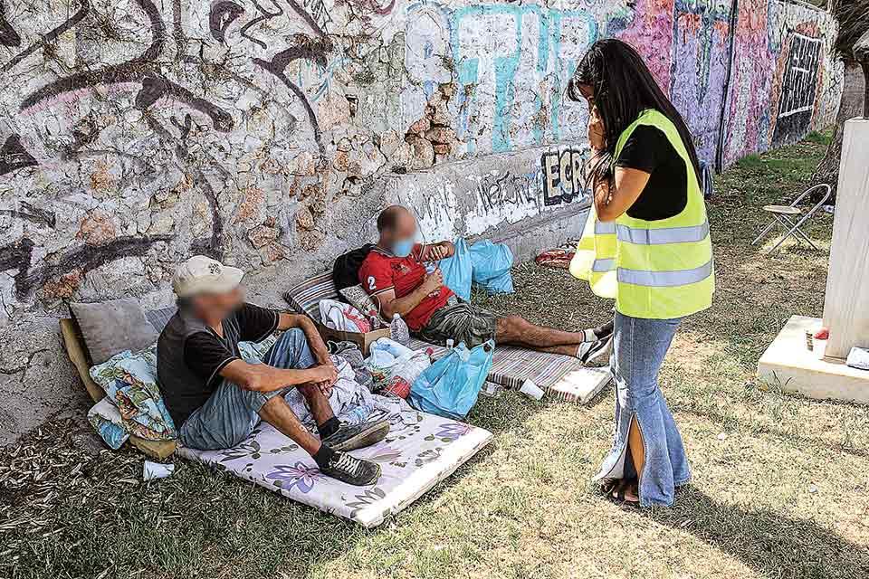 Άστεγοι δέχονται βοήθεια από την κοινωνική λειτουργό Ρούλα Κουτρομάνου του προγράμματος Streetwork.