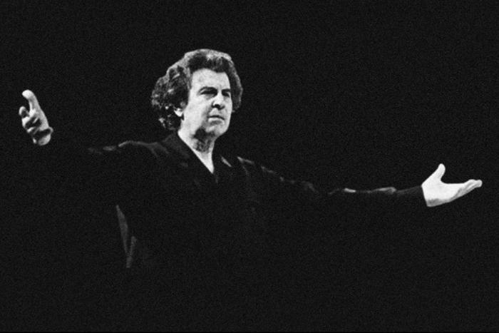 Ο Μίκης Θεοδωράκης με τα χέρια ανοιχτά ενώ διευθύνει ορχήστρα