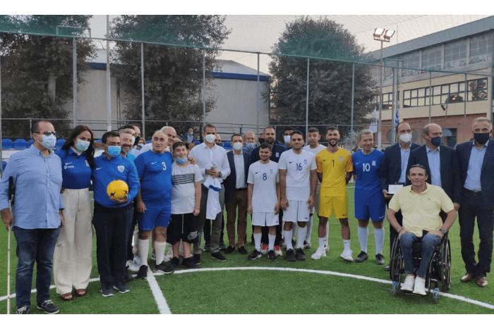 Ο Κυριάκος Μητσοτάκης στο γήπεδο του ΕΑΚ Μίκρας, με εθνική ομάδα ποδοσφαίρου τυφλών 5χ5 και εκπροσώπους φορέων