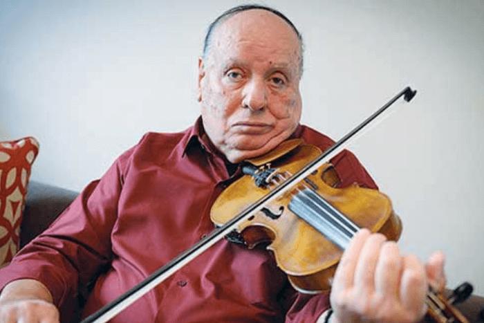 O Στάθης Κουκουλάρης στο σήμερα παίζοντας βιολί