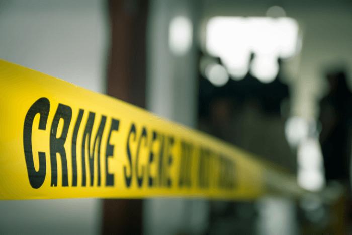 """Θολωμένη εικόνα από σκηνή εγκλήματος και φαίνεται μόνο η κορδέλα που γράφει """"crime scene"""""""