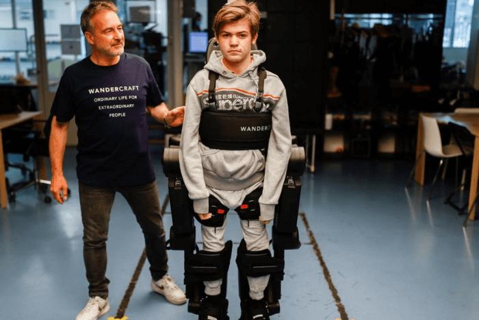 Ο Όσκαρ Κονστάνζα φορώντας τον εξωσκελετό και δίπλα ο πατέρας του