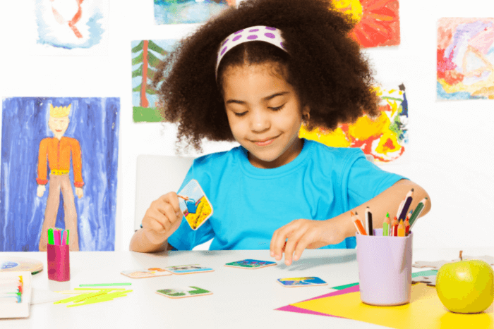 Κορίτσι που παίζει με παιχνίδι καρτών
