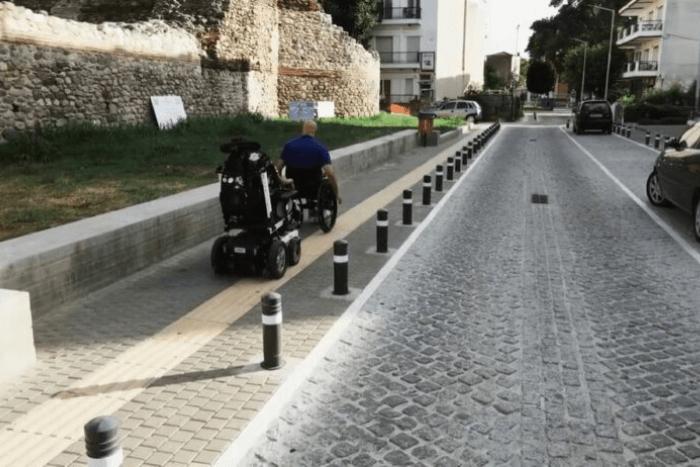 Δύο αναπηρικά αμαξίδια που κινούνται με άνεση στην πόλη της Κομοτηνής