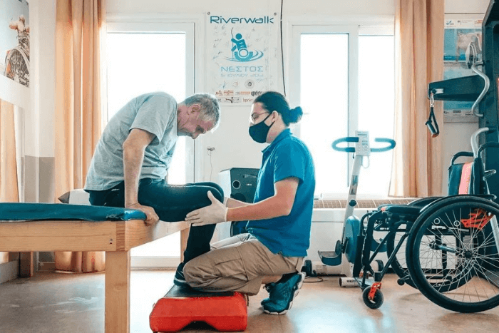Στο Κέντρο Αυτόνομης Διαβίωσης του Περπατώ φυσικοθεραπευτής κάνει ασκήσεις με ασθενή