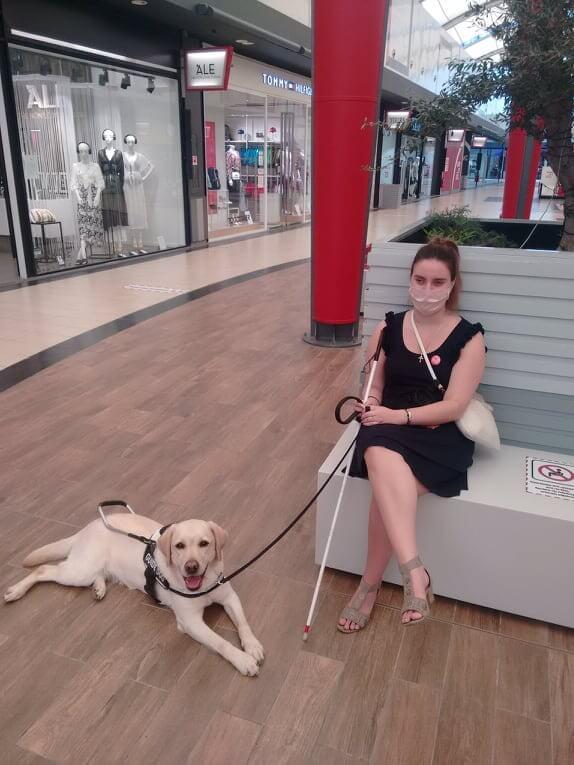 Η Χριστίνα με τον σκύλο οδηγό της, τη Luna.