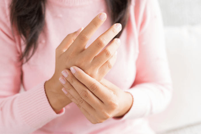 Κοπέλα που κρατάει με το ένα της χέρι τις κλειδώσεις της παλάμης του άλλου χεριού