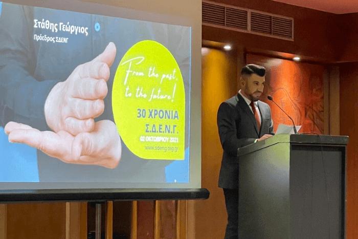 Ο Πρόεδρος του Σωματείου Γιώργος Στάθης απευθύνει κατά την ομιλία του στο πόντιουμ