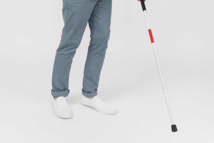 Άνδρας με λευκό μπαστούνι (φαίνονται πόδια και κάτω)