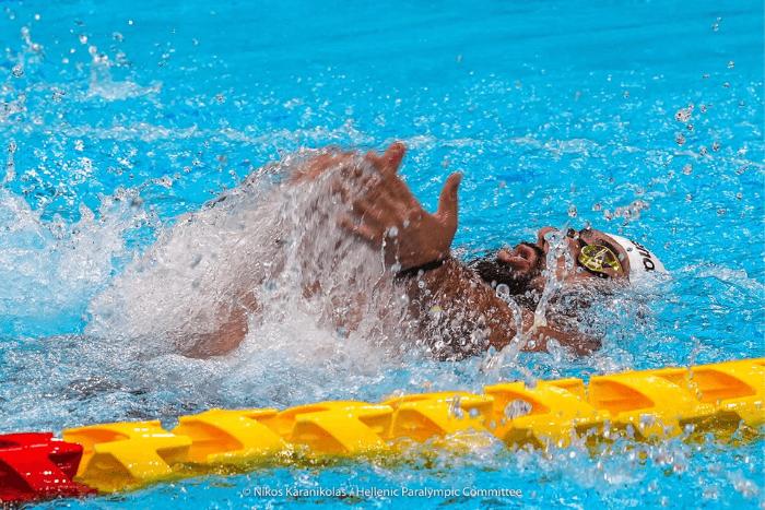 Ο Δημήτρης Καρυπίδης κολυμπώντας στην πισίνα