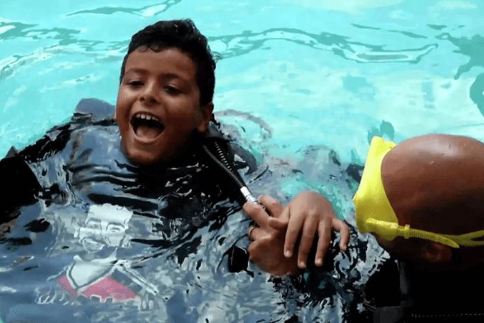 Παιδί σε πισίνα και δίπλα ο Έλκορι το κρατάει