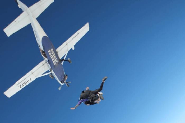 Η Ελευθερία και ο εκπαιδευτής καθώς πέφτει από το αεροπλάνο