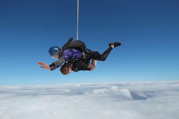 Ο εκπαιδευτής του SkyDive Athens Δημήτρης Σουρλής με την ελευθερία κατά τη διάρκεια της ελεύθερης πτώσης