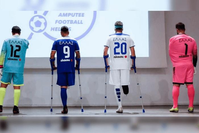 Ακρωτηριασμένοι ποδοσφαιριστές πλάτη: δύο χωρίς πόδι και δύο άτομα χωρίς χέρι