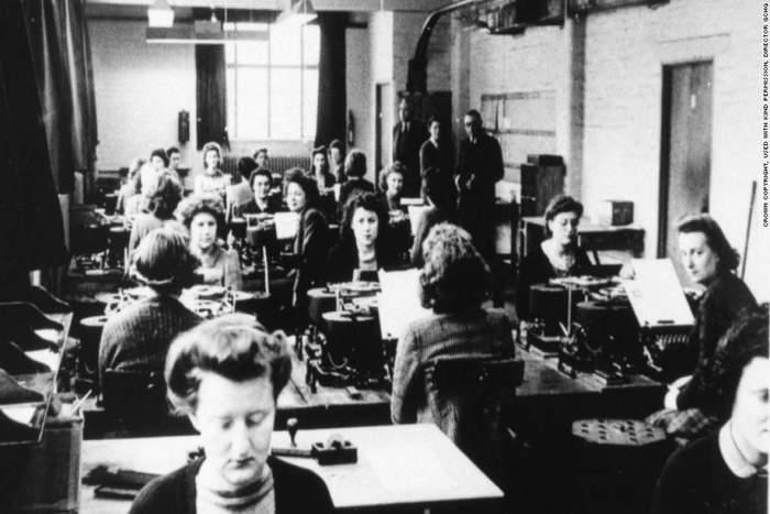 """ιστορική ασπρόμαυρη φωτογραφία με γυναίκες που εργάζονται πάνω στο """"σπάσιμο"""" κωδικών"""