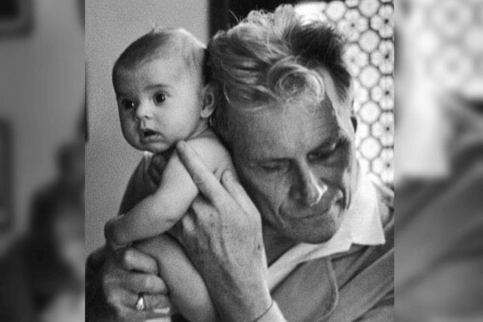 ο τυφλός γιατρός Albert-André Nast κρατά αγκαλιά και ακροάζεται το τριών μηνών βρέφος...