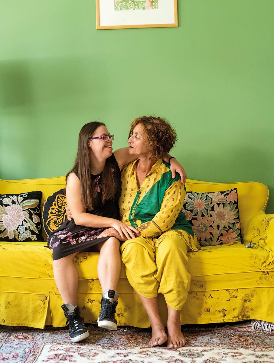 Η Λωξάνδρα Λούκας με τη μητέρα της Ελένη Δημοπούλου αγκαλιασμένες κάθονται σε καναπέ και κοιτάζονται