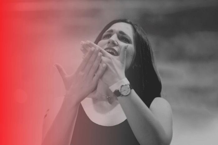 Η Μανουέλλα Καγιοπούλου στη σκηνή ενώ κάνει διερμηνεία στην Ελληνική Νοηματική Γλώσσα