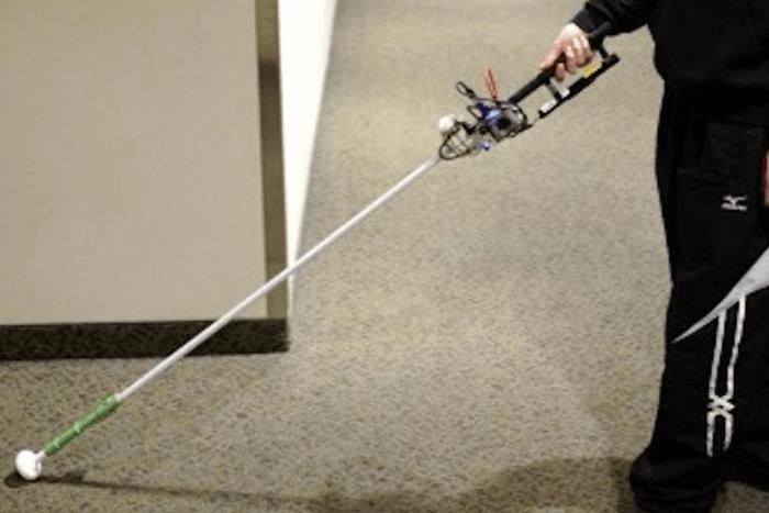Ένας άνθρωπος κρατά το ρομποτικό μπαστούνι με 3D camera, αισθητήρες και υπολογιστή