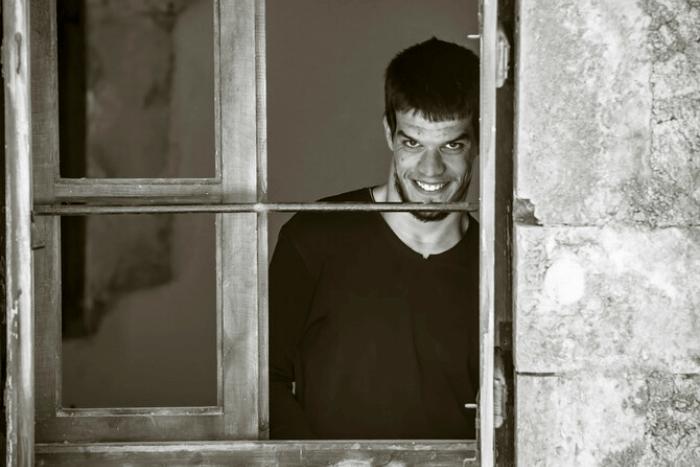 Ο Λευτέρης Κοκογιάννης πίσω από ένα παράθυρο