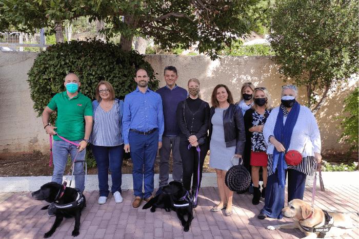 Ο Βαγγέλης Αυγουλάς με τους Ζωή Γερουλάνου, Μενέλαο Τσαούση, Βίκυ Σφήκα, Μαίρη Κανέλλου, Στάθη Σούλιο,. Νικολέττα Μπακοπάνου και σκύλοι οδηγοί