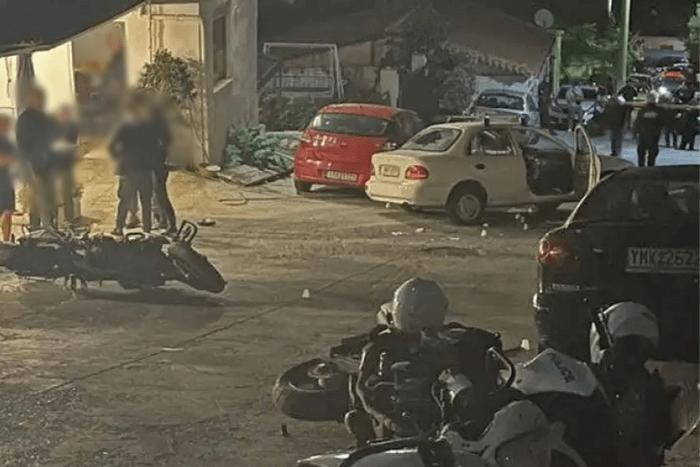 φωτογραφία από τον τόπο της καταδίωξης μηχανές Δίας πεσμένες κάτω, πολίτες, σπασμένο αυτοκίνητα