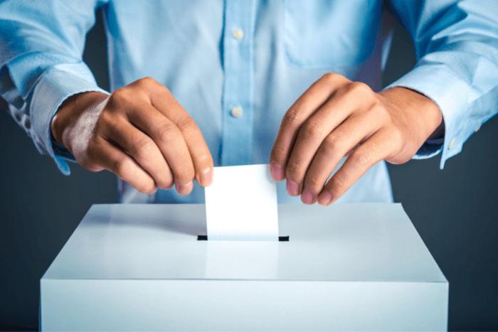 άνδρας που πετάει στην κάλπη ψηφοδέλτιο (κοντινό στα χέρια)