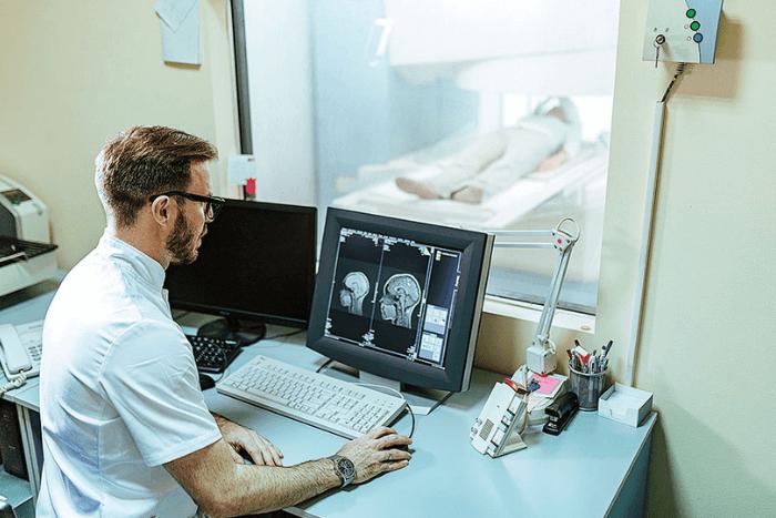 Επιστήμονας μπροστά σε υπολογιστή μελετάει εγκέφαλο